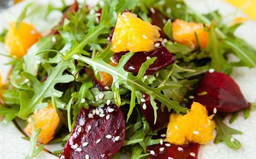 Салат с рукколой и фруктами