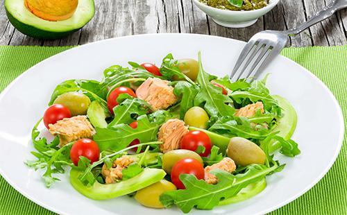 Салат с рукколой и тунцом