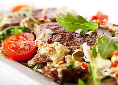Салат с помидорами, зеленью и языком