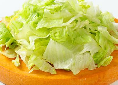Нарезанный салат на доске