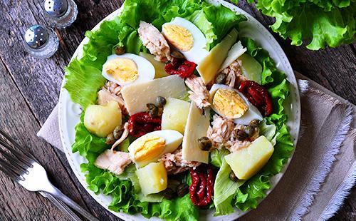 Блюдо салата из тунца и сушёных помидоров