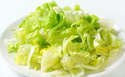 Разобранный салат на блюде
