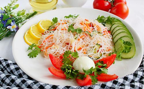 Салат с зеленью и фунчозой