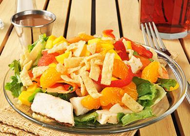 Горка салата с курицей и фруктами