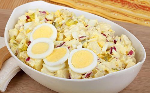 Салат, украшенный варёными яйцами