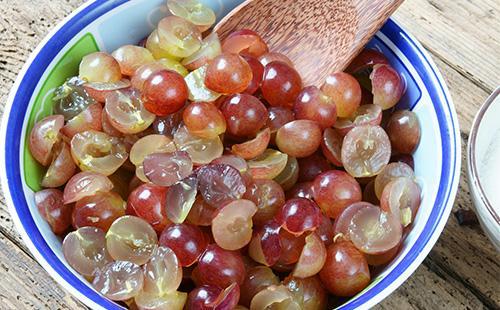Половинки винограда