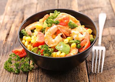 Плошка салата с овощами и креветками