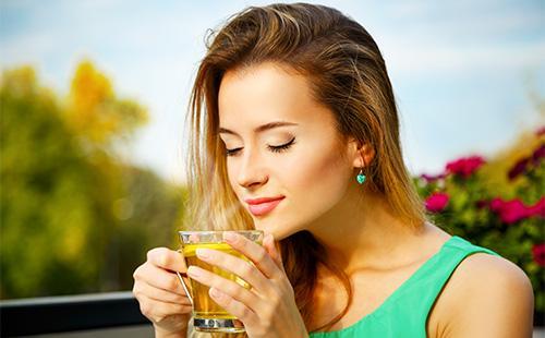 Женщина пьет зеленый чай