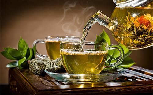 Зленый чай в кружках