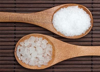 Крупная соль в ложке