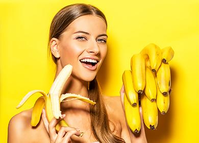 Довольная девушка с бананами на жёлтом фоне