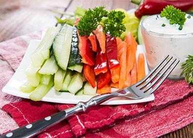 Кусочки овощей на тарелке