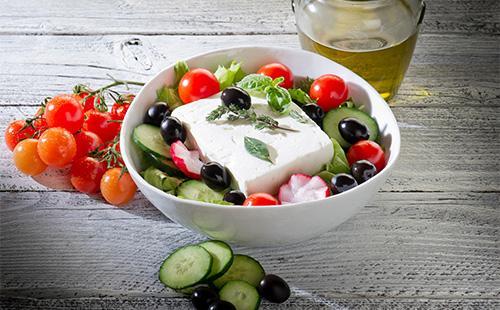 Греческий салат и кусок сыра