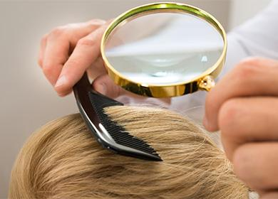 Осмотр волос под лупой