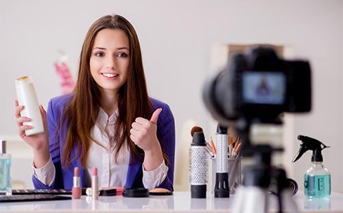 Женщина и косметические средства для волос