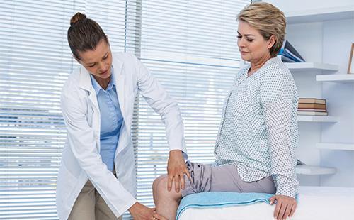 У женщиниы болит колено