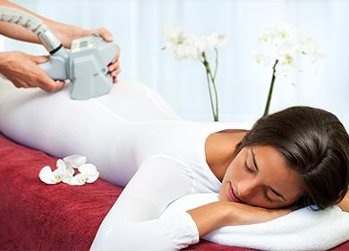 Женщина в салоне на процедуре lpg-массажа