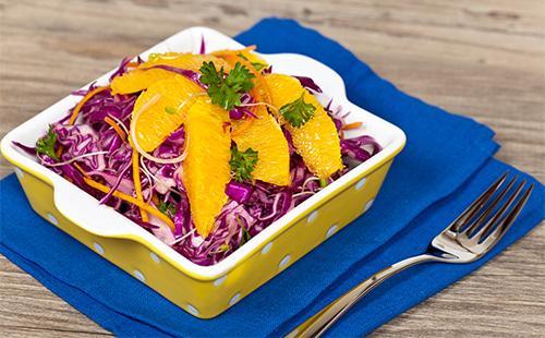 Салат из красной капусты с дольками апельсина