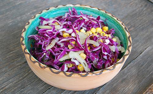 Салат из краснокачанной карусты и косервированной кукурузой