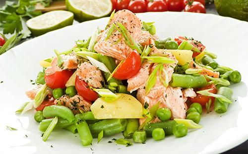 Салат с овощами и семгой