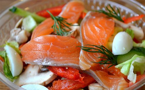 Салат с красной рыбой и яйцами