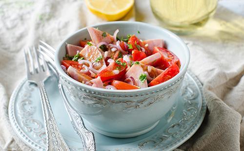 Чашка салата с ветчиной и помидорами