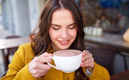 Счастливая девушка с чашкой какао