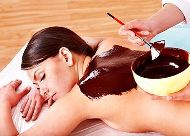 Косметолог накладывает шоколад