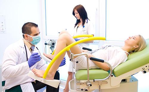 Осмотр пациентки на гинекологическом кресле