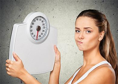 Девушка держит весы в руках