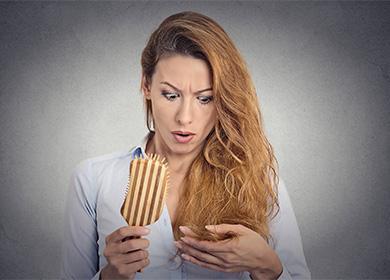 Женщина расстраивается из-за состояния волос