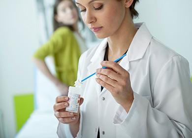 Гинеколог готовится к осмотру юной пациентки