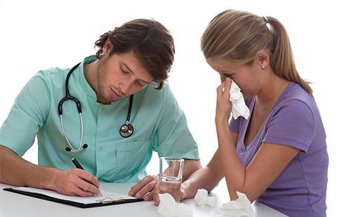 Врач выписывает пациентке лекарство