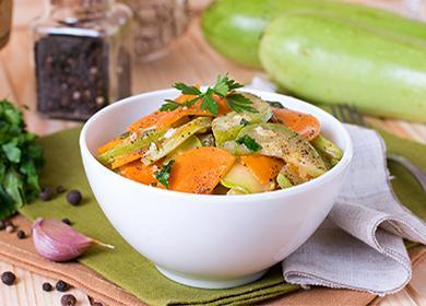 Кабачки с морковью и зеленью в тарелке