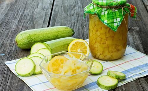 Нарезанные кабачки, лимон и банка с консервами