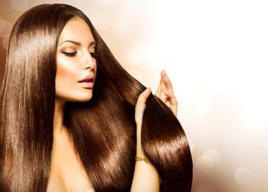 Женщина трогает густые волосы