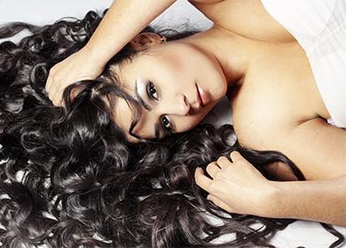 Красивая брюнетка с вьющимися волосами
