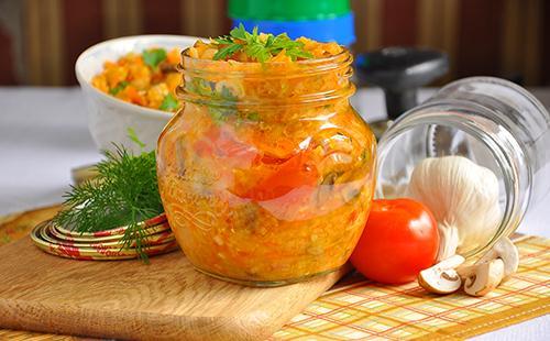 Консервированные овощи в банке с томатами и зеленью