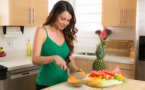 Девушка режет фрукты
