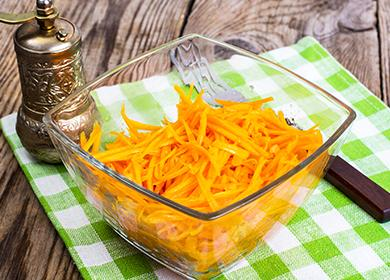 Стеклянная миска с маринованной морковью