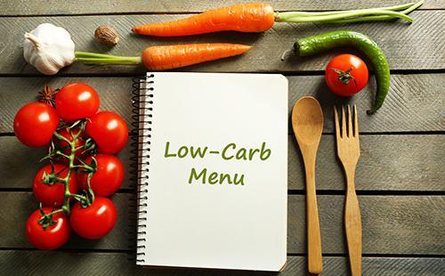 Блокнот с меню и овощи для готовки
