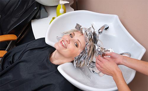 Покраска волос в парикмахерской
