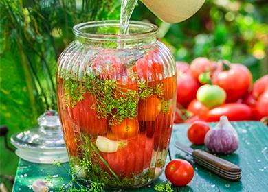 Консервирование помидоров с зеленью в банке