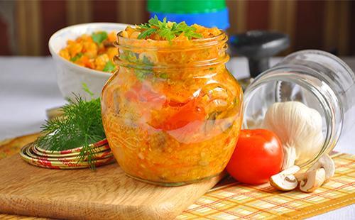 Консервированные помидоры с овощами в банке