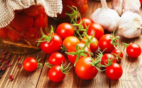Свежие и маринованные помидоры