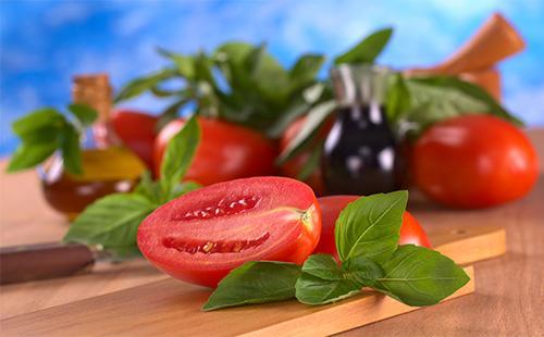 Разрезанный помидор с зеленью