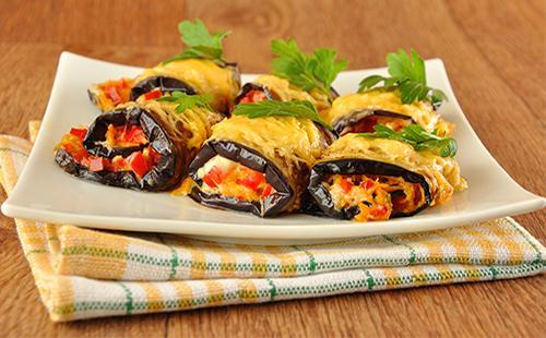 Рулеты из баклажанов с помидорами и сыром
