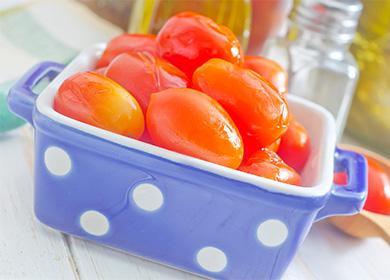 Квагеные помидоры в синей миске