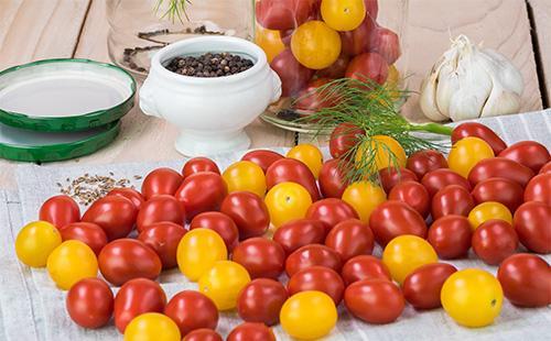 Красные и желтые помидоры на столе