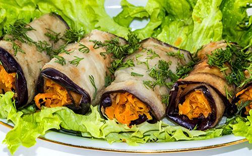 Рулеты из баклажанов с морковью и листья салата